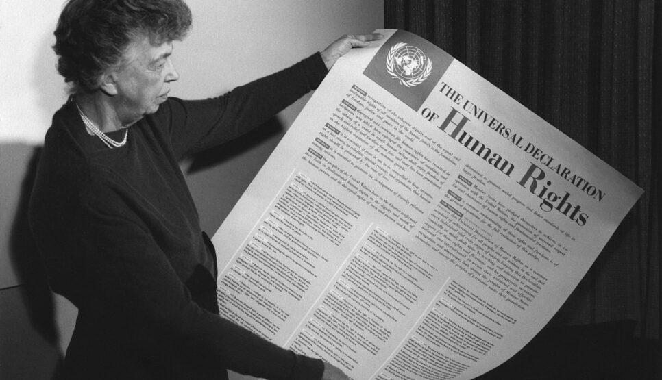 """Eleanor Roosevelt hält ein Poster mit der """"allgemeinen Erklärung der Menschenrechte"""", New York 1949"""
